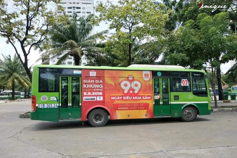 Quảng cáo ngoài trời với biển quảng cáo hoặc trên các phương tiện công cộng như xe buýt, taxi,..