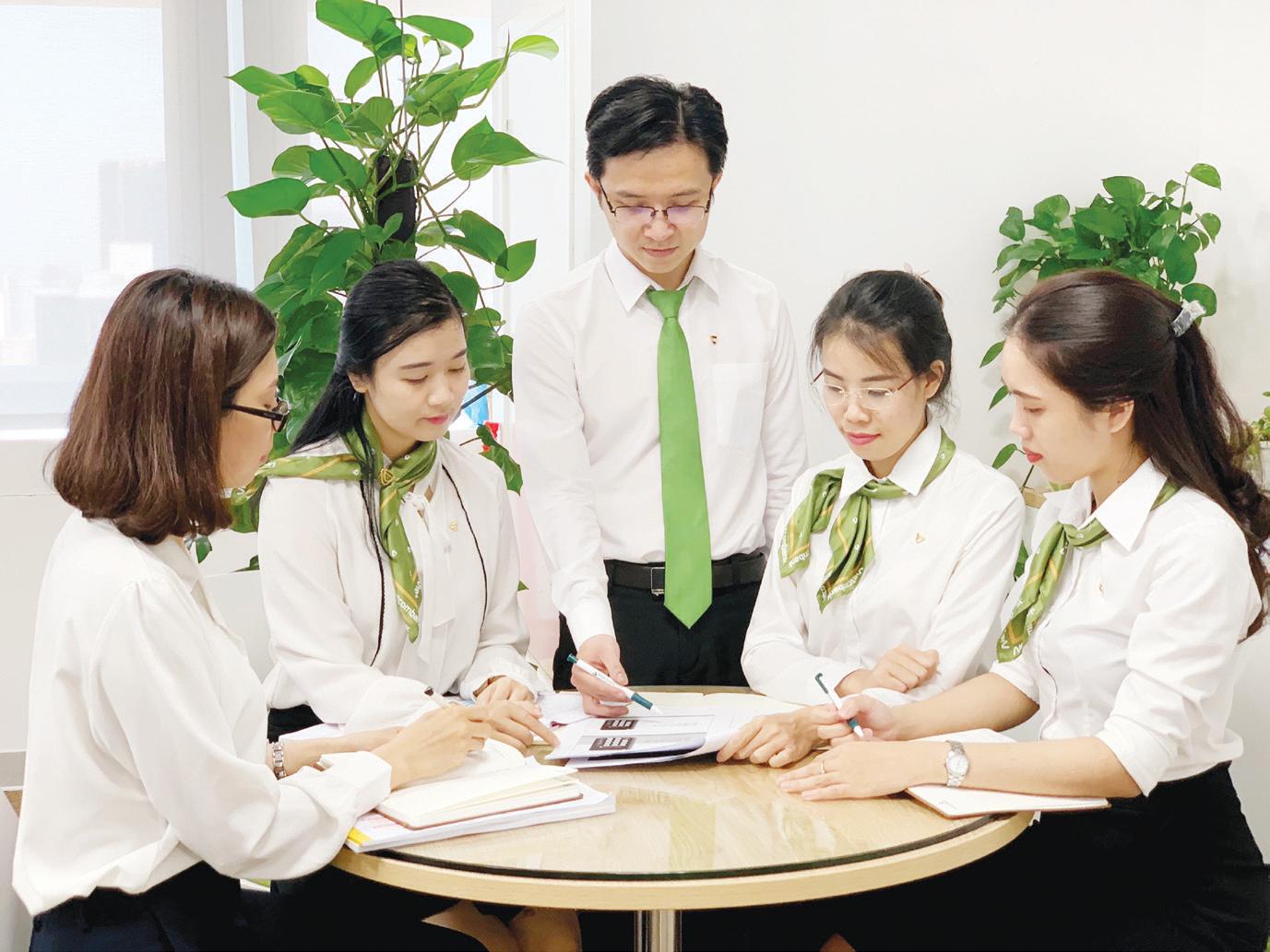 Sử dụng đồng phục cho nhân viên.